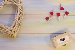 与被编织的心脏的St华伦泰的木背景 免版税图库摄影