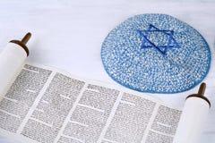 与被编织的kippah的摩西五经 免版税库存照片