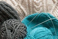 与被编织的工作的灰色绿松石ecru羊毛 免版税库存图片