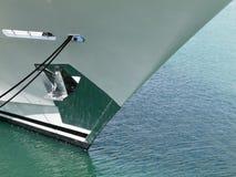 与被缩回的船锚摘要的被停泊的船弓 免版税库存照片