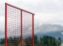 与被舒展的细胞的红色滤网与北部岸山在背景中 图库摄影