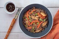 与被蒸的菜和烤鸡的黑暗的面团 与菜和鸡的可口荞麦面条 库存照片