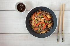 与被蒸的菜和烤鸡的黑暗的面团 与菜和鸡的可口荞麦面条 图库摄影