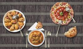 与被装饰的开胃菜盘和奥利维尔沙拉的泡菜卷在纸羊皮纸位置字块服务 库存照片
