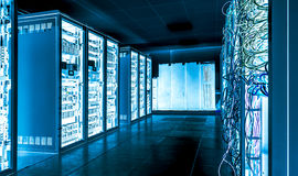 与被连接的服务器和互联网缆绳的大datacenter 库存图片