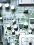 与被采取的微芯片和电容器的电子微型电路特写镜头 免版税库存照片