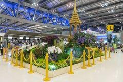 与被镀金的柱子的室内花园显示在素万那普机场的客运枢纽站主要广场  图库摄影