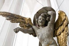 与被镀金的翼的天使在大教堂里在格但斯克,波兰。 免版税库存图片