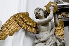 与被镀金的翼的天使在大教堂里在格但斯克,波兰。 图库摄影