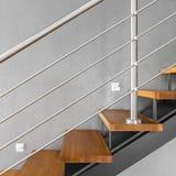 与被镀铬的栏杆的简单的楼梯 免版税库存照片