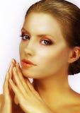 与被镀青铜的皮肤的优等的华美的时装模特儿 免版税库存图片