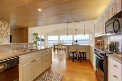 与被镶板的天花板和硬木地板的厨房地区 免版税图库摄影