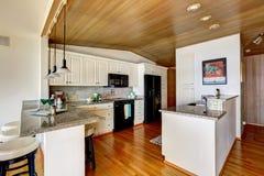 与被镶板的vaultd天花板的厨房地区 免版税库存图片