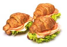 与被隔绝的嗡嗡声和蕃茄的新月形面包三明治 库存图片