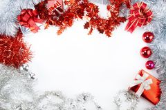 与被隔绝的白色空间的圣诞节闪亮金属片 免版税库存照片