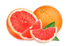 与被隔绝的绿色叶子的整体和切片红色葡萄柚 库存照片