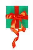 与被隔绝的丝带的红色和绿色圣诞节礼物 免版税库存图片