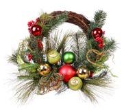 与被隔绝的五颜六色的球的圣诞节花圈 免版税库存图片