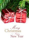 与被隔绝的冷杉枝杈和红色礼物盒的圣诞节背景 免版税库存照片