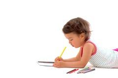 与被隔绝的多彩多姿的铅笔的美丽的小女孩图画 免版税库存图片