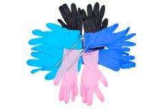 与被隔绝的牙齿仪器的五颜六色的手套 免版税库存图片