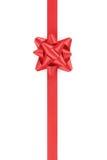 与被隔绝的礼物弓的垂直的红色丝带  库存图片