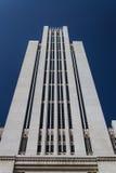 与被隔绝的蓝色的美丽的大厦 免版税库存照片