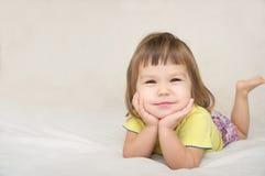 与被隔绝的逗人喜爱的面颊的微笑的愉快的小女孩画象 免版税库存图片