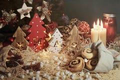 与被雕刻的信件xmas和圣诞节甜点的四棵装饰木圣诞树 T 免版税库存图片
