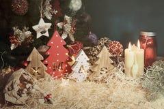 与被雕刻的信件xmas的四棵装饰木以的形式圣诞树和纤巧宠物的小骨头 图库摄影