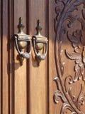 与被雕刻的门的古板的通道门环 免版税库存照片