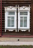 与被雕刻的木装饰品的老木窗口。开窗口。 库存照片