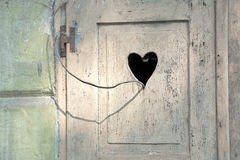 与被雕刻的浪漫心脏的老木门 图库摄影