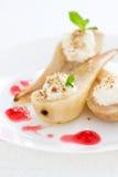 与被鞭打的奶油、坚果、薄菏、蜂蜜和果酱的自创水煮的梨 库存图片