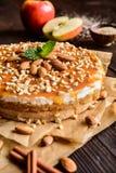与被鞭打的奶油、焦糖和杏仁顶部的苹果蛋糕 库存照片