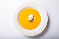 与被鞭打的奶油和南瓜籽的南瓜汤 库存照片