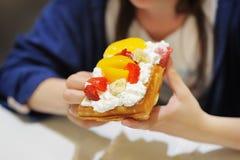 与被鞭打的奶油和果子的比利时华夫饼干 库存照片