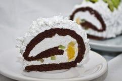 与被鞭打的奶油和果子的滚动的蛋糕 免版税图库摄影