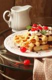 与被鞭打的奶油和樱桃的维也纳奶蛋烘饼 免版税库存图片
