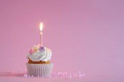 与被鞭打的奶油和花的生日蛋糕 免版税图库摄影