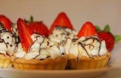 与被鞭打的奶油和草莓的开胃果子馅饼 奶油, 免版税库存图片