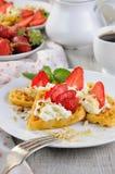 与被鞭打的奶油和草莓的比利时华夫饼干 免版税库存图片