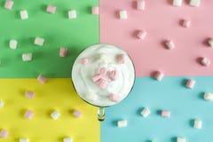 与被鞭打的奶油和蛋白软糖的顶视图热巧克力 免版税库存照片