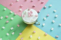 与被鞭打的奶油和蛋白软糖的顶视图热巧克力 库存照片