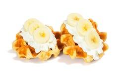 与被鞭打的奶油和香蕉的比利时华夫饼干 免版税库存照片