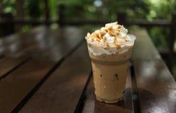 与被鞭打的奶油和马卡达姆坚果的冰冻咖啡 免版税库存照片