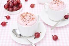 与被鞭打的奶油和鹅莓的可口奶油甜点 免版税图库摄影