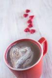 与被鞭打的奶油色华伦泰心脏的冬天热巧克力 免版税图库摄影