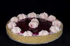 与被鞭打的奶油色装饰的新鲜的被烘烤的樱桃饼在上面 免版税库存图片