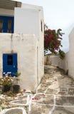 与被绘的步行的街道场面经典希腊海岛建筑学 免版税库存图片